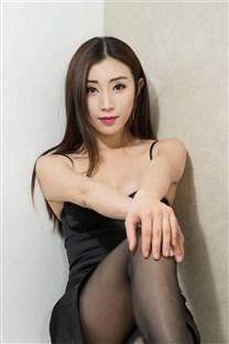 黑丝袜妖艳美女黑色低胸小礼服写真