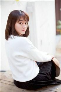 穿白色毛衣美女校园清新写真