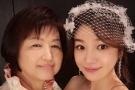 陈妍希与老公儿子过第一个母亲节 突然很想念妈妈