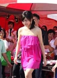 陈妍希桃红色礼服现身显胖