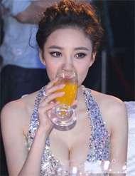 """刘雨欣巨乳自瞄 众女巨星""""挤胸""""比拼大盘点"""