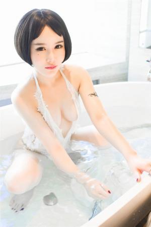 湿身诱惑美女白色情趣内衣写真图片